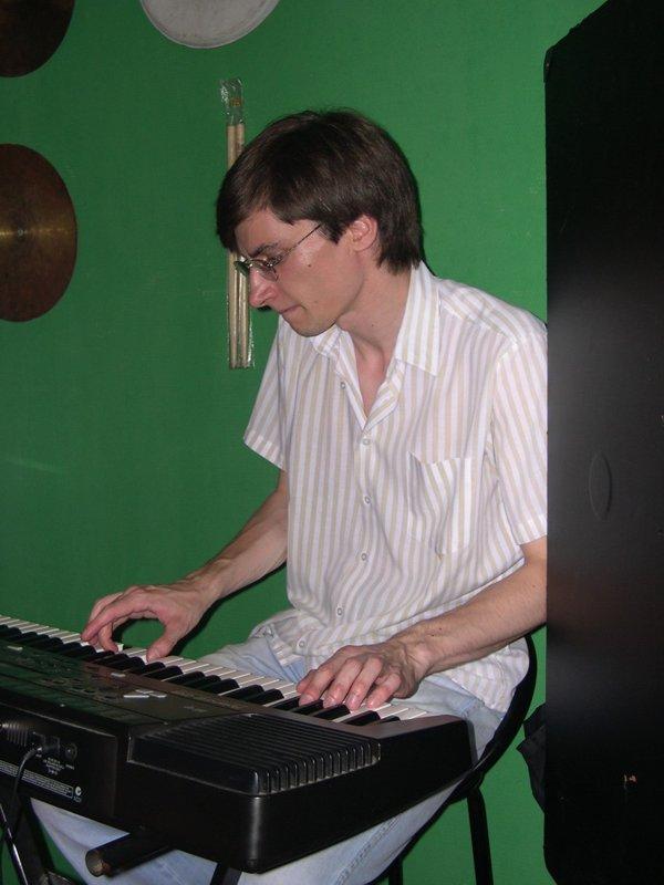 На клавишах