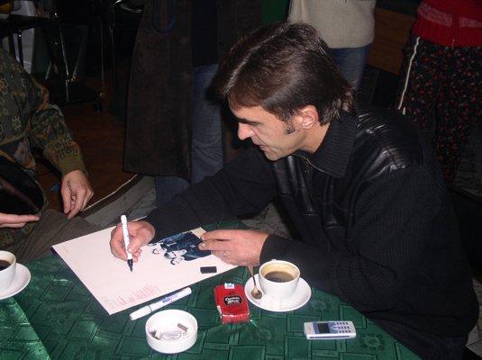 Бутусов ставит автограф на пластинке