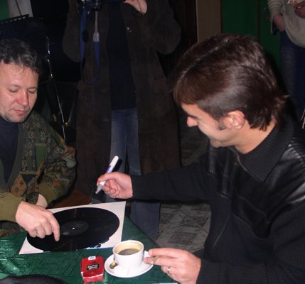 Бутусов подписывает пластинки