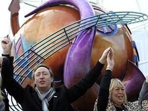 Открытие памятника в Ливерпуле в день рождения Джона Леннона