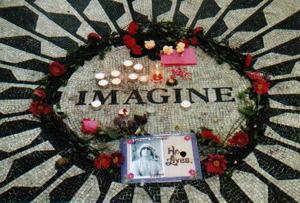 В Нью-Йорке тысячи фанатов собрались на Strawberry Fields в Центральном парке, чтобы отметить день рождения Джона Леннона